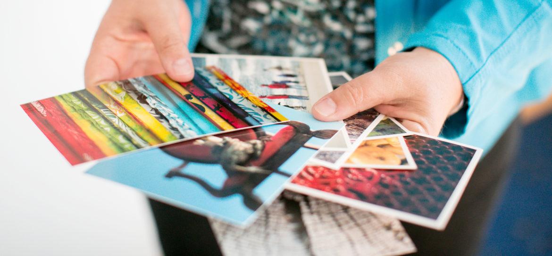 Angela Zimmermann mit Karten